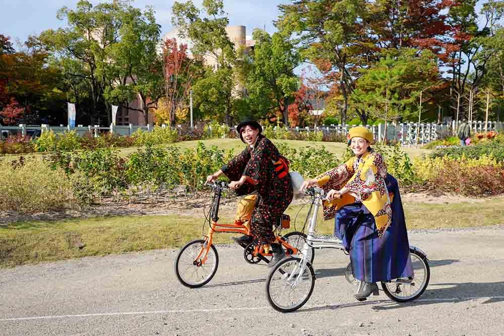 和洋ミックスコーデで自転車に乗り、友人と散歩へ。