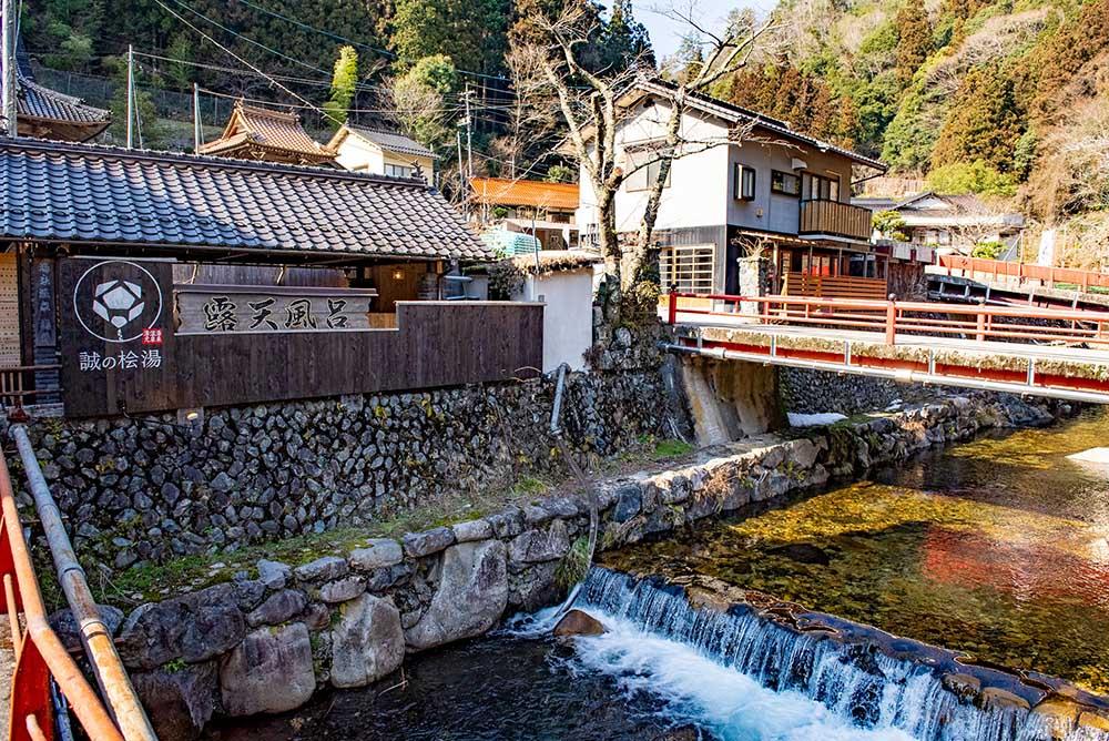 約20年間使われていなかったこちらの露天風呂は、佐藤さんを中心にして行われた「湯来温泉湯元復活プロジェクト」で、「誠の桧湯」として復活しました。